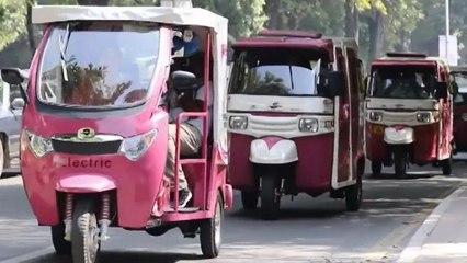 Los 'rickshaws' conducidos solo por mujeres recorren las calles de Pakistán