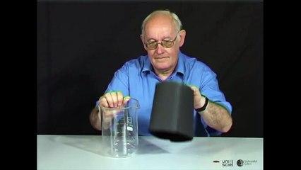 Une pièce de monnaie apparaît sous un verre