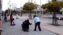Pazzesco, Giappone, terremoto in diretta: le strade si aprono sotto i piedi dei passanti
