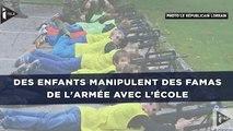 Des enfants manipulent des Famas de l'armée en atelier découverte