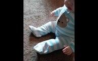 Bébé mort de rire face à un jouet qui saute... Fou-rire magique