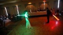 Düğünde İlk Danslarını Işın Kılıcı Eşliğinde Yapan Star Wars Hayranı Çift