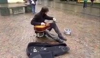 Гитарист всех удивил своим мастерством
