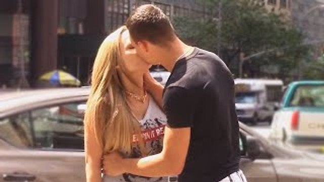 How to Kiss a Girl in 10 Seconds - Fastest Way to Kiss Strangers - Kissing Strangers - Kis