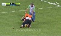Quand des brancardiers achèvent un joueur de foot blessé
