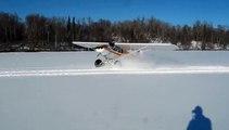 Le pilote de cet avion va s'éclater sur un lac gelé puis ....