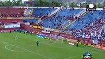 Pagaille dans un stade de foot brésilien  bagarre géante entre supporters
