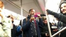 Coincés 2 heures dans le métro de NY, les passagers se mettent à chanter et danser ensemble