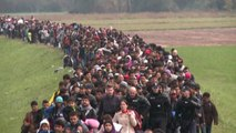 Un fiume di migranti al valico di frontiera tra Serbia e Croazia