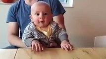 Un futur pianiste ce bébé... Roi du Air piano!!