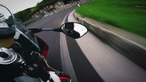 Un motard a grande vitesse sur une route de montagne avec sa moto S1000RR
