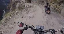 Piloter une moto sur la route la plus dangereuse au monde