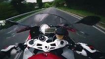 Balade en moto sur une route de montagne