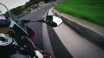 Un motard se balade sur une route de montagne en Italie