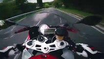 Balade à toute vitesse sur une moto en montagne