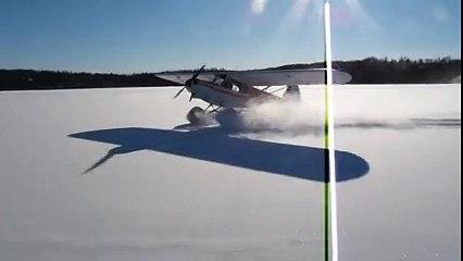 Un homme fait du drift avec son avion