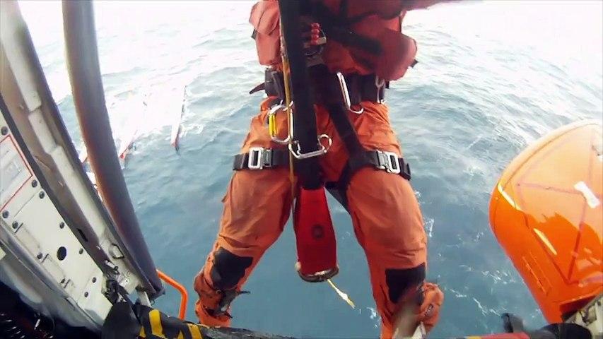 Jour 2 - Helitreuillage de R. Jourdain et L. Lemonchois par la Marine Espagnole - Transat Jacques Vabre 2015 -
