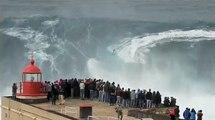Deux surfeurs s'attaquent aux vagues géantes de Nazaré au Portugal