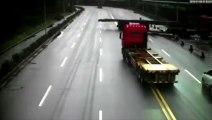 Un conducteur croit pouvoir passer sous une remorque de camion..