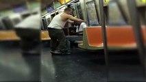 Cet homme vient aider un SDF et lui donne ses vêtements dans le métro de New York