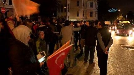 Erdoğan'ın evinin önünde coşku