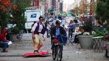 Aladdin vole sur son tapis dans les rues de New York!