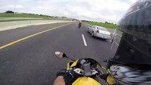 Il se fait doubler par un motard lancé à 300km/h