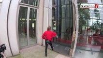 Alain Robert « l'homme araignée » escalade la Tour Ariane de la Défense.
