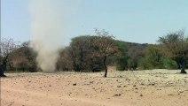 Une tornade apparut au cours d'une voyage en Namibie ; grace à un pouvoir surnaturel notre guide a réussi à l'attirer vers lui et à l'anéantir, à ses pieds : c'était très spectaculaire