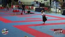 Demo de karaté et arts martiaux d'une petite fille... Dingue!!!