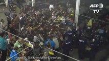 Réfugiés Migrants: La police hongroise jete de la nourriture aux migrants food thrown by p