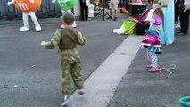 Un gamin danse sur uptown Funk et va vite etre rejoint par tout ses amis!