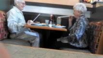 Mignon : papi et mamie s'amuse au restaurant