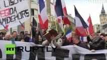 Les groupes anti-réfugiés protestent à Calais