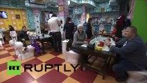 В Москве открыли туалет в котором кормят из горшков и унитазов.