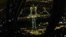 Ce mec escalade la tour Eiffel! Un vrai fou...