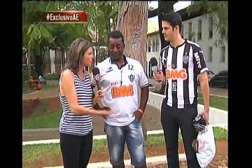 Marcos Rocha doa camisa do Atlético para torcedor que perdeu coleção