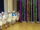 Refroidir bonhomme de neige de danse sur une matinée dans une école maternelle. Enfants drôles dansant