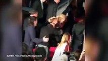 Jennifer Lawrence chute sur le tapis rouge à l'avant première de Hunger Games