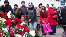 VIDEO Samedi 14 novembre, les habitants de la capitale russe ont été nombreux à déposer des fleurs devant l'ambassade de France à Moscou, afin de rendre hommage aux victimes des attentats ayant frappé la capitale française vendredi 13 novembre au soir