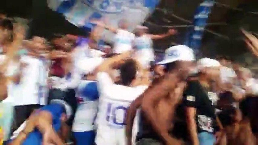 Marcelo Moreno assiste a jogo do Cruzeiro no meio da torcida