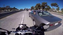 Un biker attrape le pied d'une femme posé à la fenetre de sa voiture... Trop marrant