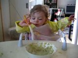 Emma mange toute seule