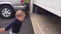 Réaction magique d'un bébé face à une porte automatique de garage! wouahhhhh