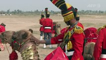 Un orchestre pakistanais à dos de chameau rêve de grandeurs