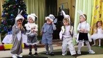 Danse garçons lapins. Enfants drôles sur matin