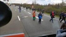 Un chauffeur routier taré essaie d'écraser des migrants à Calais... Fou!