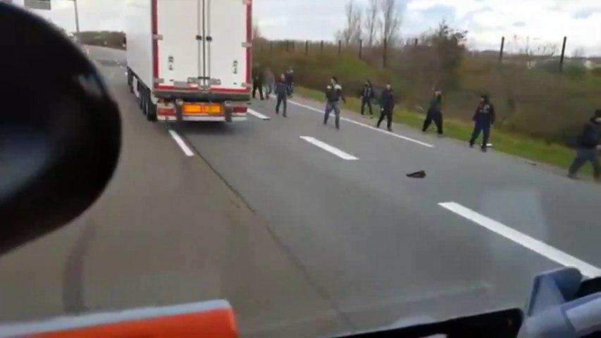 Ungarischer Lkw-Fahrer rast auf Flüchtlinge zu Hass-Szenen am Eurotunnel