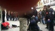 Un papy SDF fait la manche devant le magasin Printemps ce qui déplaît à la direction qui appelle la police qui le dégage