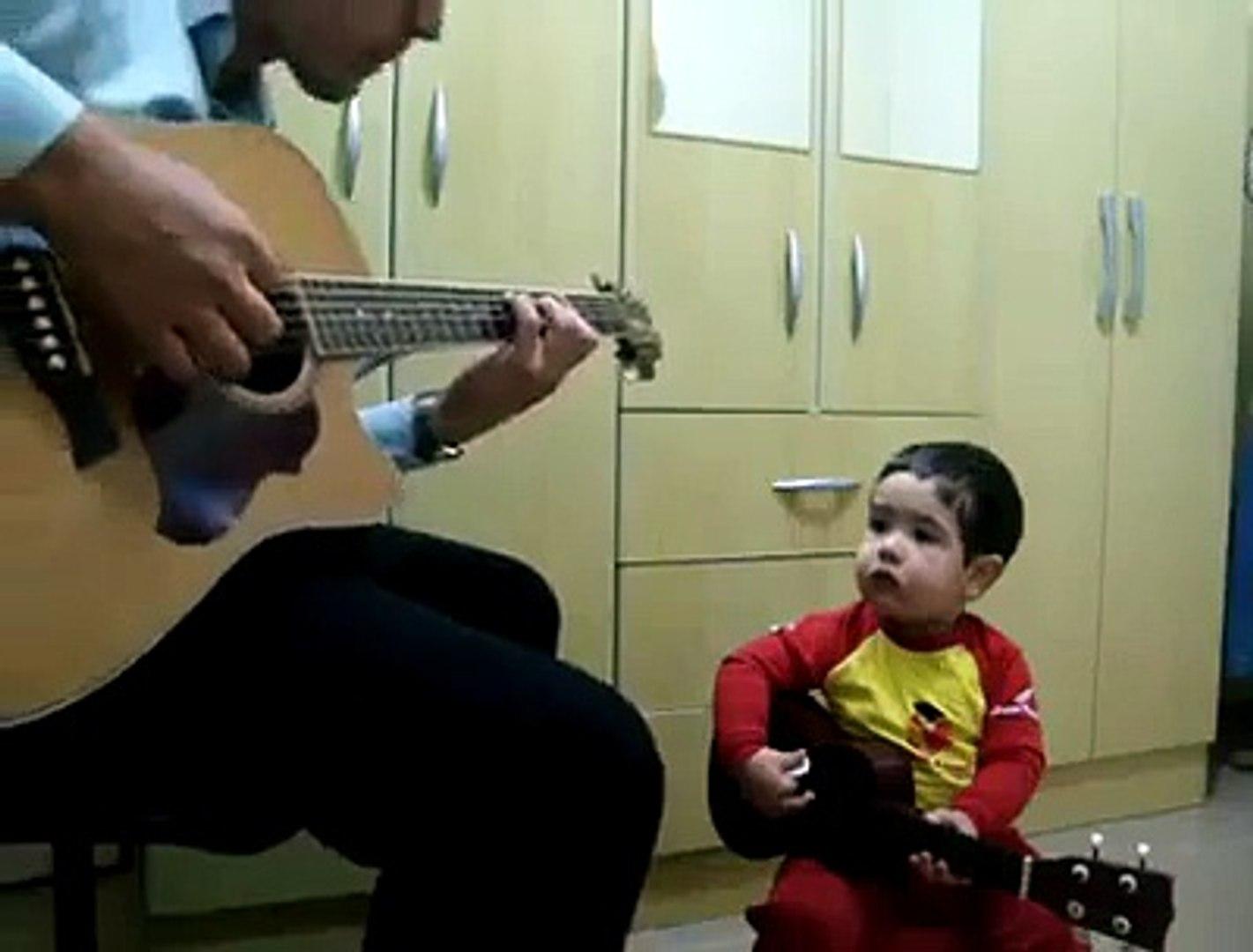 Amazing ! Kids playing guitar